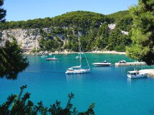 Alonissos vakantie informatie en tips - Planter uitzicht op de baai ...